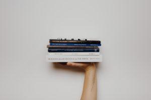 Une main tenant des livres