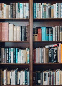 Des livres dans une bibliothèque