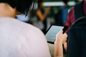 Une personne utilisant une tablette numérique